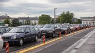 Zweitgrößtes Problem: die Verkehrslage in der Stadt, hier ein Stau auf der Ignatz-Bubis-Brücke.