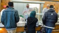 Versorgung mit dem Nötigsten: Flüchtlinge stehen an der Essensausgabe in der Erstaufnahmeeinrichtung in Gießen.