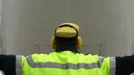Normalerweise dienen sie dem Arbeitsschutz, nun ist ein Blitz auf dem Frankfurter Flughafen in ein solches Gerät am Mann gefahren: Headset im Einsatz