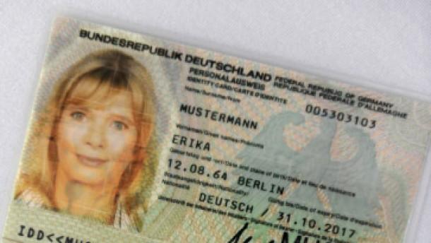 Hessen stehen Schlange für alten Personalausweis