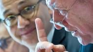 Wer ist die Nummer 1 unter den Politikern in Hessen? Tarek Al-Wazir ist laut Umfragen Volker Bouffier (rechts) hart auf den Fersen