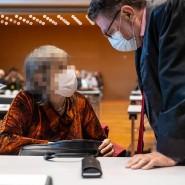 Verurteilt: die mutmaßliche Sektenführerin mit ihrem Anwalt im Hanauer Gericht