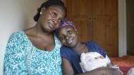 Der Krankheit zum Trotz: Afua ist mutig und neugierig, und ihre Mutter steht ihr fern der Heimat bei.