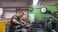 Made in Butzbach: Weichen für Eisen- und Straßenbahnstrecken. Das traditionsreiche Werk am Stadtrand ist Schwerindustrie im Wortsinne: Ein Meter Schiene wiegt 60 Kilogramm.