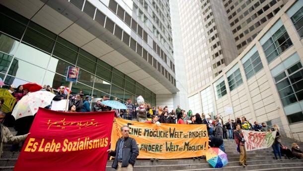 """Lärm-Demonstration von Occupy - Zum weltweiten Aktionstag """"Global Noise Day"""" ziehen Occupy-Aktivisten vom Rathenauplatz über den Willy-Brandt-Platz zum Römerberg. Mit Schüsseln und Pfannen wollen sie Lärm schlagen."""