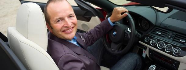 Arbeitsplatz: Michael Biedenbach coacht seine Klienten im Auto.