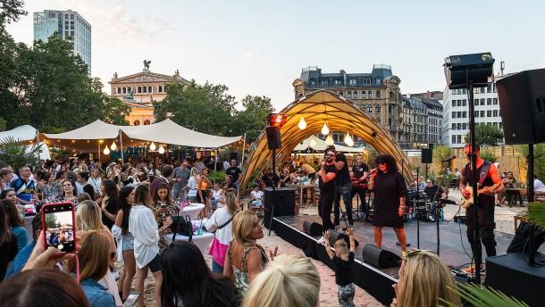 Strandparty auf dem Opernplatz