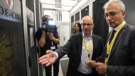 Erklärungsbedürftig: Im September ließ sich Wirtschaftsminister Al-Wazir (rechts) vom technischen Leiter von De-Cix, Daniel Melzer, den Netzknoten näherbringen