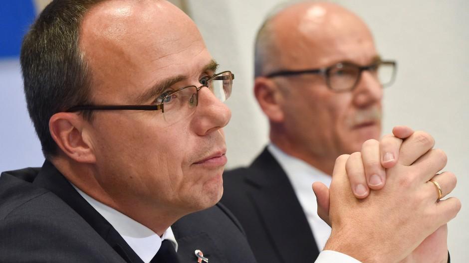 Mahner: Hessens Verfassungsschutz-Chef Schäfer (rechts), hier mit Innenminister Beuth, warnt vor erstarkenden Rechtsextremisten in Hessen