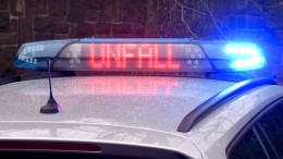 Unfälle wegen Glätte – Auto erfasst Fußgänger auf A5