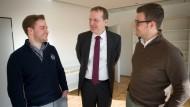 Erfolgsteam: Benedikt Quarch (links) und Christian Kusenbach (rechts) mit Dekan Markus Ogorek. Die Noten der beiden Studenten sind so gut, dass ihnen vermutlich fast jeder Jura-Beruf offenstehen wird.