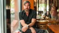 Der Dichter in der Stadt: Marcus Roloff im Café Fellini am Schweizer Platz in Frankfurt