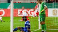Am Boden: Lilien-Spieler nehmen das 2.1 für Regensburg ernüchtert auf - der Gegner bejubelt den späten Treffer umso mehr