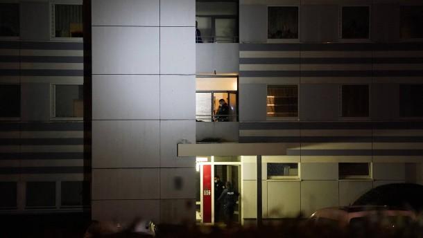 Frau in Wohnblock getötet: Person festgenommen