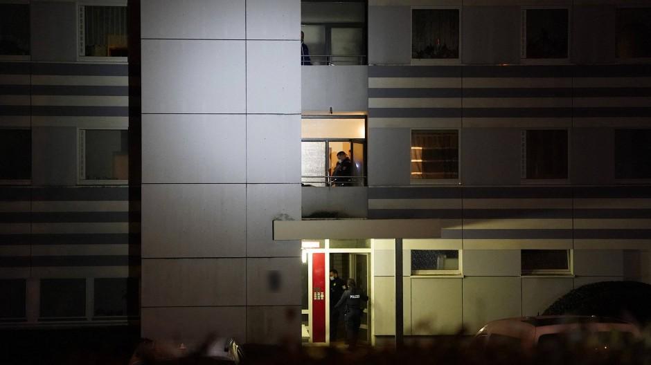 Einsatz: Die Polizei musste wegen eines Tötungsdelikts nach Schwalbach am Taunus zu diesem Wohnblock ausrücken