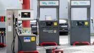 Spritfrei: Säulen der Wasserstoff-Tankstelle (rechts) am Tor Süd des Industrieparks Höchst in Frankfurt