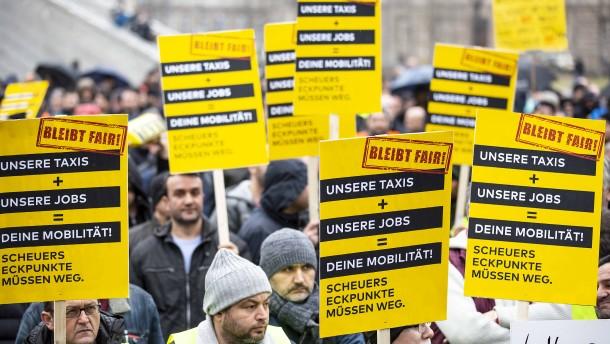 Hunderte Taxifahrer protestieren vor der Staatskanzlei
