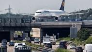Von Firmen geschätzt: Hessen ist mit allen Verkehrsmitteln schnell zu erreichen. Im Bild eine Brücke über die Autobahn zur Landebahn Nordwest des Frankfurter Flughafens