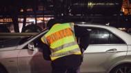 Per Haftbefehl gesuchter Mann schlägt Polizisten