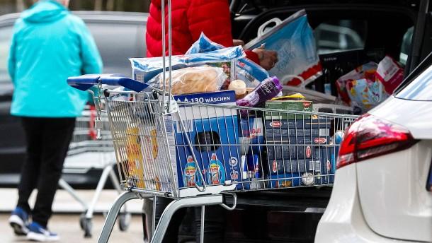 Gemeinsame Einkaufshilfe von Parteiennachwuchs
