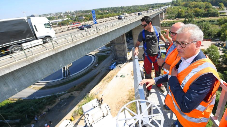 Dauerärgernis: Die Salzbachtalbrücke (im Bild beim Besuch von Verkehrsminister Tarek Al-Wazir) sorgt täglich für Stau.