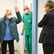 Sei gegrüßt, Innenminister: Peter Beuth (rechts) wartet bei der Öffnung des Darmstädter Impfzentrums vor dem ausgang auf einen der ersten Geimpften.