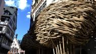 Indonesien kommt: Der Frankfurter Kunstverein hat sich eine Bambusfassade zugelegt.
