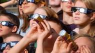 Sofi-Brillen werden knapp in Hessen