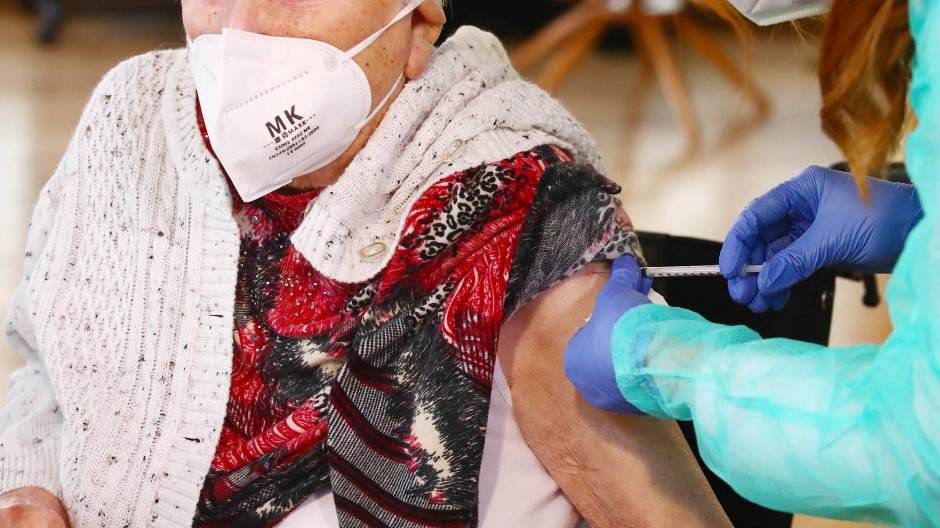 Stichtag: Hessen will alle Menschen über 80 Jahren im Land schriftlich über das Anmeldeverfahren für eine Corona-Schutzimpfung informieren