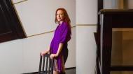 """Hier geht alles drunter und drüber: Sara Jakubiak im Bühnenbild für """"Ariadne auf Naxos"""""""