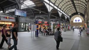 Mann im Wiesbadener Hauptbahnhof niedergestochen