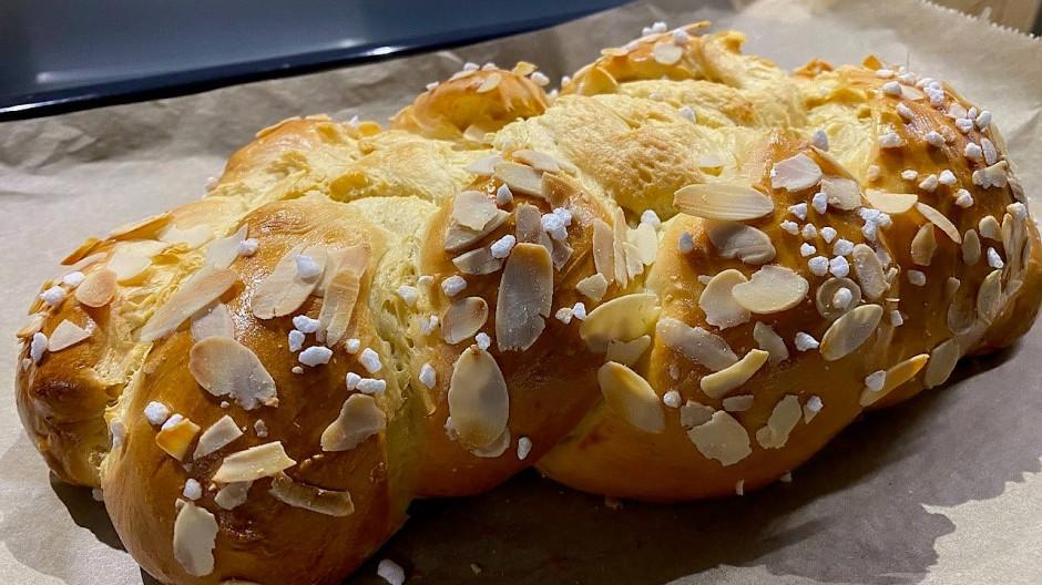 Schmeckt nicht nur toll mit Mandeln und Hagelzucker: der Butterzopf