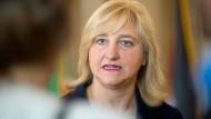 Wenn es nach Hessens Justizministerin Eva Kühne-Hörmann geht, soll Facebook menschenverachtende Inhalte vor der Entfernung sichern, um eine Strafverfolgung zu ermöglichen.