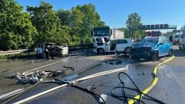 Toter bei Offenbach – Lastwagenbrand auf A7 – Schaulustige befördern Stau