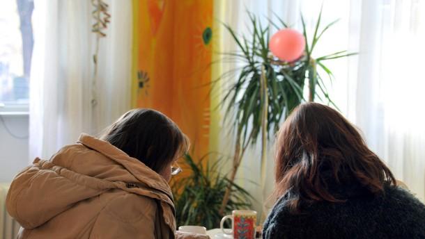 Wie leben Frauen, bei denen das Geld nicht zum Leben reicht? Lisbethtreff als eine Möglichkeit, sozial anzuknüpfen.