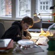 Konferenzpause: Ein Schüler daheim am Schreibtisch