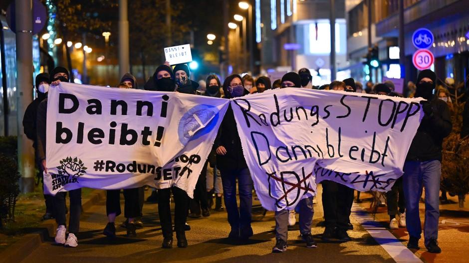 """Gegner der A49: Demonstranten mit Plakaten mit der Aufschrift """"Danni bleibt"""" und """"Rodungsstopp Danni bleibt"""""""