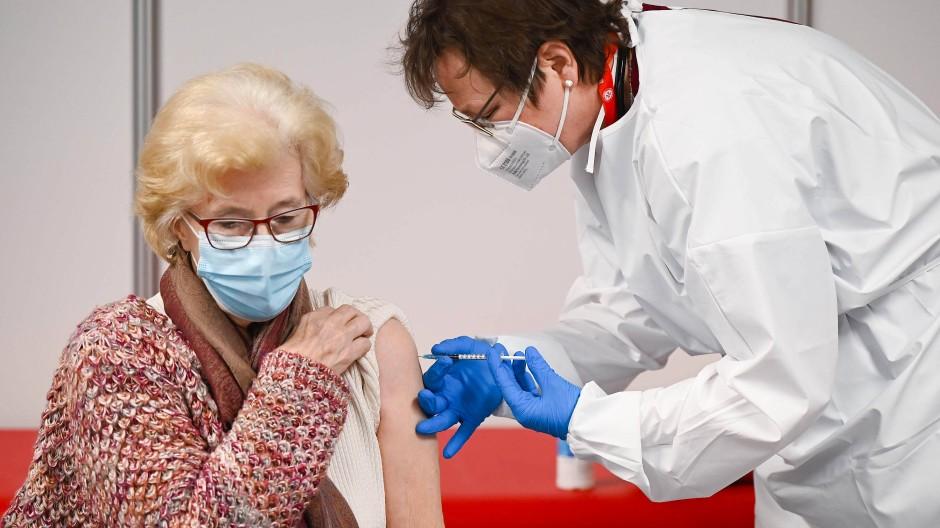 Wohl dem, der noch mobil ist: Die 86 Jahre alte Gerda Müller aus Bad Nauheim wird in Gießen geimpft.