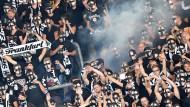 Zu viel Rauch um Schwarz-Weiß vom Main: Gesehen beim Pokalspiel in Magdeburg