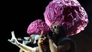 Übergroße rosa Badehaube oder Plastikgehirn? Musiker der Band Deichkind beim Lollapalooza Festival in Berlin