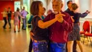 Im Rhythmus: Der demenzkranke Rolf Henkel kommt regelmäßig zum monatlichen Tanztreff nach Eschborn, seine Frau begleitet ihn.