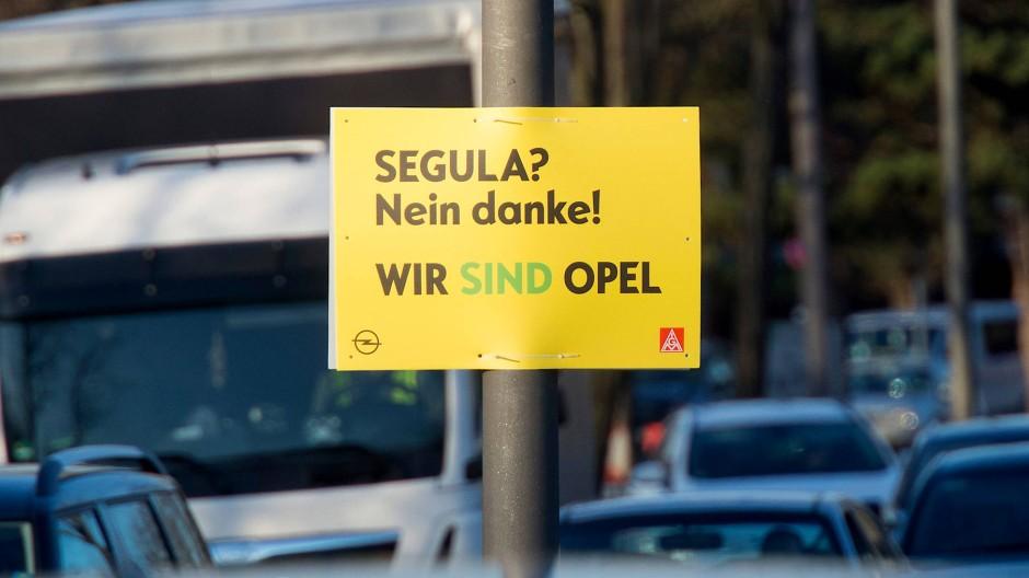 Plakativer Protest: 29 Opelaner in Rüsselsheim wollten nicht an den Dienstleister Segula weitergereicht werden, vor Gericht sind sie aber gescheitert