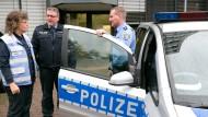 Unterstützung in schwierigen Situationen: Regine Grosch tauscht sich regelmäßig mit den Polizisten Jürgen Naumann (rechts) und Frank Wettlaufer aus.