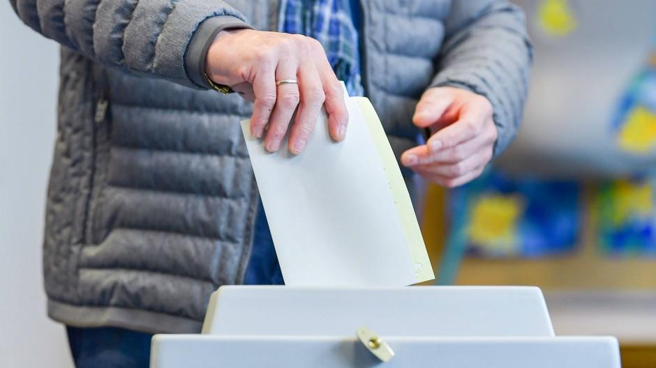 Kreuz gesetzt: Ein Wähler wirft seine Stimmzettel in eine Wahlurne.