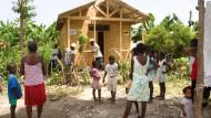 Neues Zuhause: Mit dem Bau von Holzhütten hilft die Christoffel-Blindenmission den Erdbebenopfern auf Haiti.