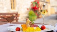 Angerichtet: Maishähnchenbrust im Parmaschinken-Mantel mit grünem Spargel und Safran Risotto auf der Terrasse des Restaurant Wasems Kloster Engelthal