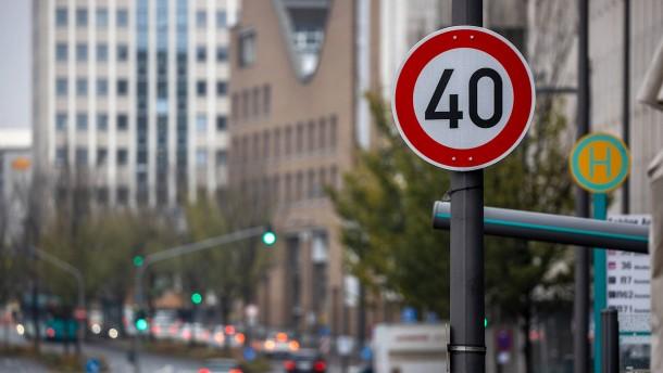 Schilder weisen auf Tempo 40 hin