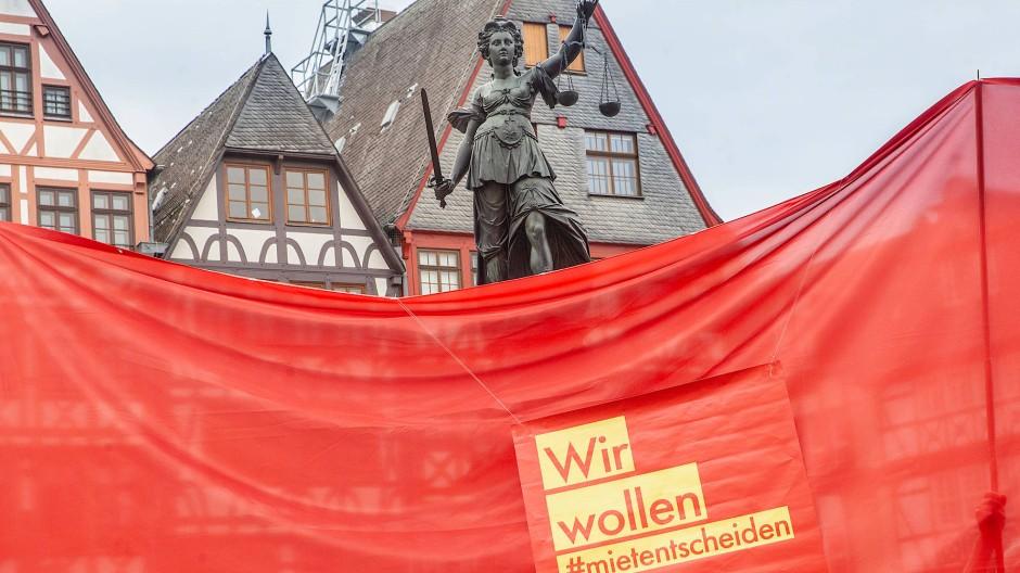 Begehren: Aktivisten verlangen einen Mietentscheid in Frankfurt - das Rechtsamt ist dagegen