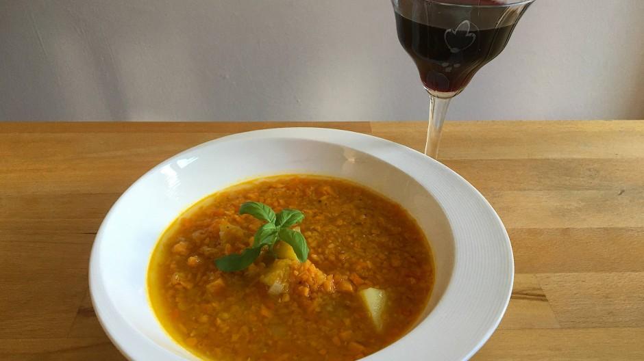 Schmeckt besser, als sie aussieht: Suppe mit roten und Berg-Linsen, Süßkartoffeln und allerlei pikanten Gewürzen