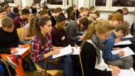 Konzentriert: Schüler schreiben mit bei dem Frankfurter Diktatwettbewerb.